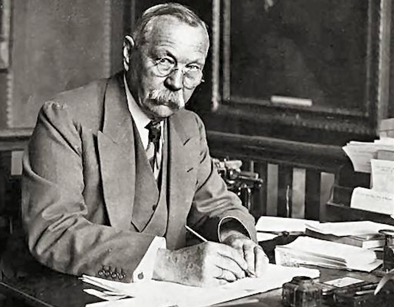 Sir Arthur Conan Doyle with a fountain pen.